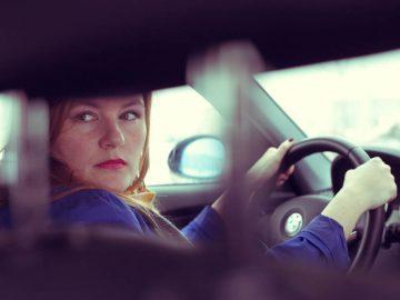 Dolly in de auto met een zorgerlijk gezicht